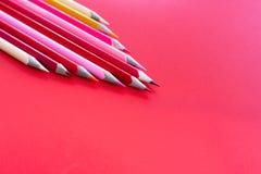 Conceito dos trabalhos de equipa grupo de lápis da cor no fundo cor-de-rosa fotografia de stock royalty free