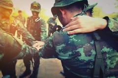 Conceito dos trabalhos de equipa: Grupo de processo de Hands Together Cross do soldado foto de stock royalty free