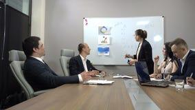 Conceito dos trabalhos de equipa de uma comunicação incorporada video estoque