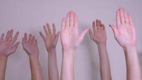 Conceito dos trabalhos de equipe do voto da democracia de povos a multidão de povos levantou suas mãos acima do estilo de vida qu filme