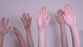 Conceito dos trabalhos de equipe do voto da democracia de povos a multidão de povos levantou suas mãos acima de expressar o acord video estoque