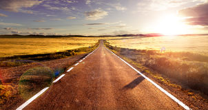 Conceito e por do sol da viagem por estrada Imagens de Stock Royalty Free