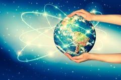 Conceito ecológico do ambiente com o cultivo das árvores na terra nas mãos Terra do planeta físico Fotos de Stock Royalty Free