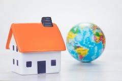 conceito eficiente Eco-amigável da casa com globo Fotos de Stock Royalty Free