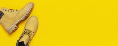 conceito elegante Botas do trabalho de homens amarelos do couro natural do nubuck na configuração amarela brilhante do plano da o imagem de stock royalty free