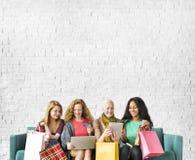 Conceito em linha da compra da unidade da amizade das meninas imagens de stock royalty free