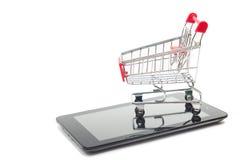 Conceito em linha da compra - PC vazio do carrinho de compras, do portátil e da tabuleta, smartphone no fundo branco Copie o espa Imagem de Stock Royalty Free