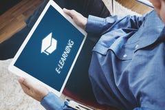 Conceito em linha da educação, do ensino eletrónico e do eBook um homem que usa a tabuleta digital para a educação em casa fotos de stock royalty free