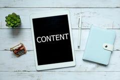 Conceito em linha da tecnologia do negócio do conteúdo digital Vista superior da planta, da pena, do caderno e da tabuleta escrit fotos de stock
