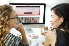Conceito em linha de compra da compra de Shopaholics das mulheres Fotos de Stock Royalty Free