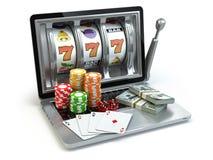 Conceito em linha do casino, jogando Slot machine do portátil com dados, Fotos de Stock Royalty Free