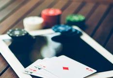 Conceito em linha do pôquer Dinheiro da aposta e da vitória que joga no Internet fotos de stock