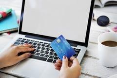 Conceito em linha do pagamento com cartão de crédito de Copyspace do modelo imagens de stock