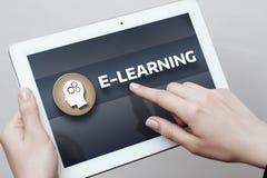 Conceito em linha dos cursos de Webinar da tecnologia do Internet da educação do ensino eletrónico Fotos de Stock