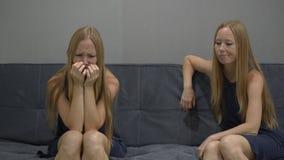 Conceito emocional da inteligência Em um lado de um sentimento da jovem mulher virado e confuso no outro lado da imagem video estoque