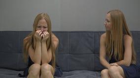 Conceito emocional da inteligência Em um lado de um sentimento da jovem mulher virado e confuso no outro lado da imagem vídeos de arquivo