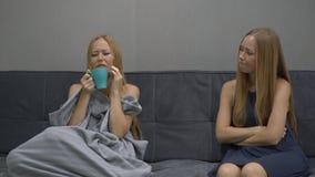 Conceito emocional da inteligência Em um lado da jovem mulher um sentimento sente frustrante, comprimido e medo Tenta a video estoque