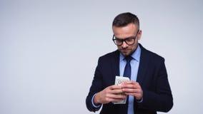 Conceito engraçado da corrupção financeira - um homem formalmente vestido recebe um subôrno e esconde-o vídeos de arquivo