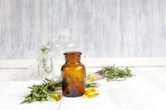 Conceito - ervas naturais da medicina em umas garrafas no fundo de madeira Foto de Stock Royalty Free