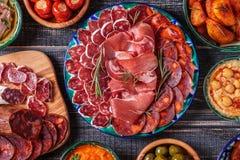 Conceito espanhol típico dos tapas, estilo rústico, vista superior Imagens de Stock