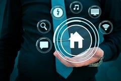 Conceito esperto da casa Inteligência artificial no uso em casas espertas casa inteligente, e conceito do app da domótica ilustração royalty free