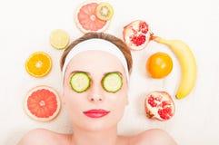 Conceito facial da máscara do fruto com moça fotografia de stock