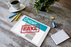 Conceito falsificado da tecnologia do Internet do neg?cio do jornal da desinforma??o da tev? dos meios da manipula??o da not?cia imagem de stock royalty free