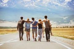 Conceito feliz da estrada dos amigos do curso Imagem de Stock Royalty Free