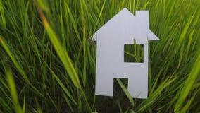 Conceito feliz de construção da casa da construção da família a casa de papel está no estilo de vida a grama verde na natureza vi filme