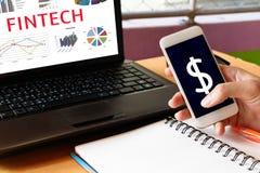 Conceito financeiro da tecnologia do Internet do investimento de Fintech Homem ho Fotos de Stock