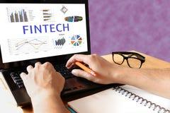 Conceito financeiro da tecnologia do Internet do investimento de Fintech Homem ty Fotos de Stock