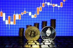 Conceito financeiro do crescimento com a escada de prata dourada de Bitcoins Ethereum no fundo da carta dos estrangeiros Dinheiro fotos de stock royalty free