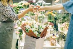 Conceito, florista e cliente do negócio do florista Foto de Stock