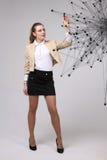 Conceito futurista da rede mundial ou da conexão a Internet sem fio Mulher que trabalha com pontos ligados Foto de Stock
