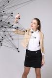 Conceito futurista da rede mundial ou da conexão a Internet sem fio Mulher que trabalha com pontos ligados Imagens de Stock Royalty Free
