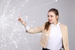 Conceito futurista da rede mundial ou da conexão a Internet sem fio Mulher que trabalha com pontos ligados Fotos de Stock Royalty Free