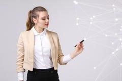 Conceito futurista da rede mundial ou da conexão a Internet sem fio Mulher que trabalha com pontos ligados Foto de Stock Royalty Free