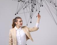 Conceito futurista da rede mundial ou da conexão a Internet sem fio Mulher que trabalha com pontos ligados Imagem de Stock Royalty Free