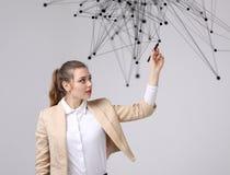 Conceito futurista da rede mundial ou da conexão a Internet sem fio Mulher que trabalha com pontos ligados Fotos de Stock