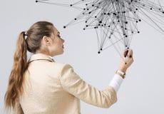 Conceito futurista da rede mundial ou da conexão a Internet sem fio Mulher que trabalha com pontos ligados Fotografia de Stock Royalty Free