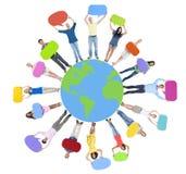 Conceito global da unidade da felicidade do círculo dos povos do mapa do mundo Fotografia de Stock Royalty Free