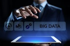 Conceito grande da tecnologia do Internet da tecnologia da analítica dos dados Homem de negócios que pressiona o botão na tela vi imagem de stock