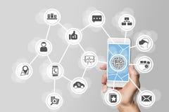 Conceito grande dos dados a fim analisar de grande volume dos dados dos dispositivos móveis conectados Mão que guarda o telefone  Foto de Stock