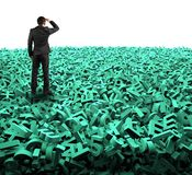 Conceito grande dos dados, homem de negócios que olha olhando em caráteres verdes enormes ilustração royalty free