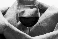Conceito home da barra e da degustação de vinhos Vidro do vinho tinto com pano de saco no fundo fotografia de stock
