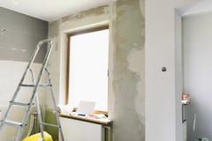 Conceito home da renovação Cozinha em processo do reparo e da renovação Ferramentas da escada e da construção foto de stock
