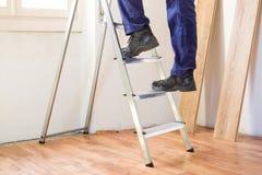 Conceito home da renovação e da reparação com a escada no flo do parquet imagem de stock