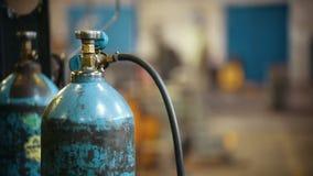 Conceito industrial Garrafa de gás em uma usina filme