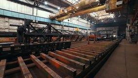Conceito industrial Planta da construção Trabalhadores do homem que fazem a soldadura vídeos de arquivo