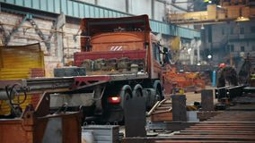 Conceito industrial Planta da construção Um caminhão que espera a expedição Um guindaste move-se para o caminhão video estoque